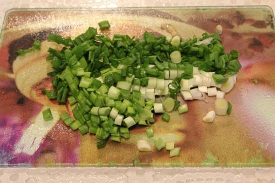 салат с пекинской капустой и зеленым горошком - нарезаем лук