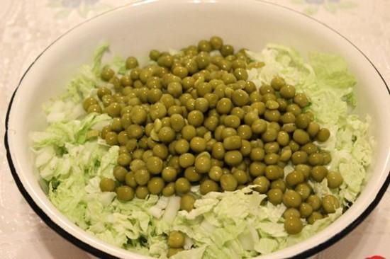 салат с пекинской капустой и зеленым горошком - добавляем горошек