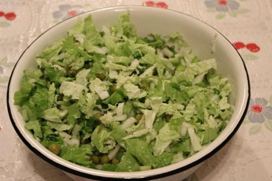 салат с пекинской капустой и зеленым горошком - перемешиваем