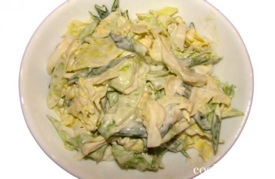 Салат из молодой капусты с луком и яйцом