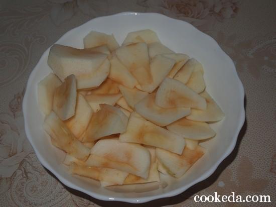 Бисквит с яблоками шарлотка фото-01