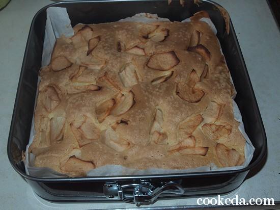 Бисквит с яблоками шарлотка фото-15