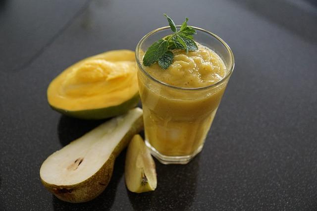 Смузи из яблока, манго и груши