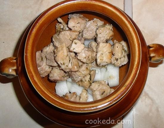 Свинина с грибами и картофелем в горшочках-12