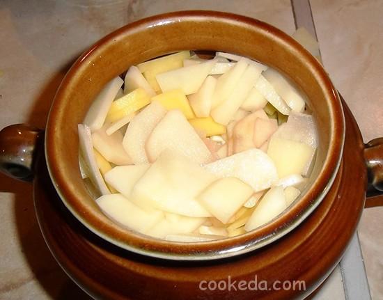 Свинина с грибами и картофелем в горшочках-15