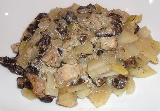 Свинина с грибами и картофелем в горшочках-16