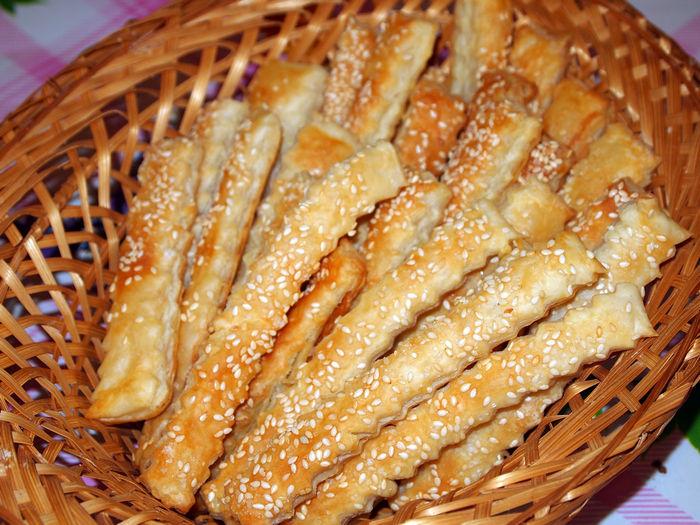 Слоеные палочки с сыром и кунжутом
