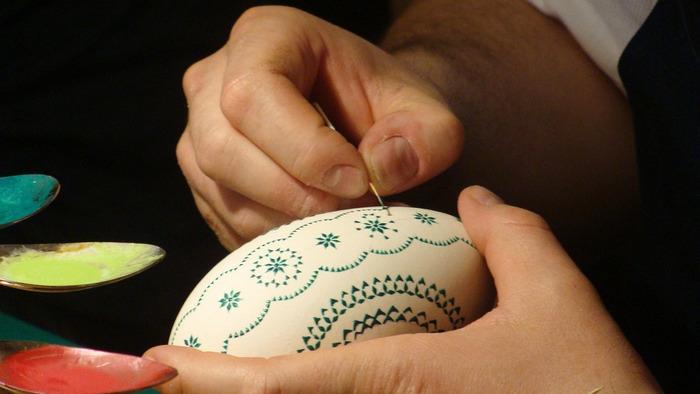 Кропотливая работа по росписи яйца