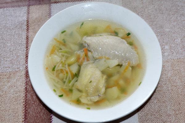 Куриный суп из крылышек с вермишелью и картошкой