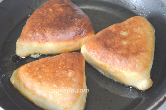 Жареные пирожки с яблоками из дрожжевого теста
