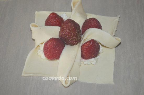 Слоеное пирожное с творогом и клубникой-09
