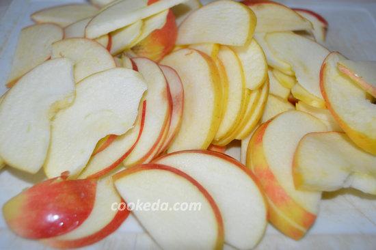 пирог с яблоками в духовке - порезать яблоки