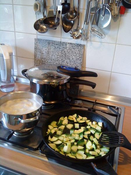 Скороварка на кухне