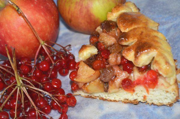 пирог с яблоками и калиной