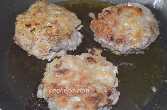рубленый бифштекс с луком и яйцом-06