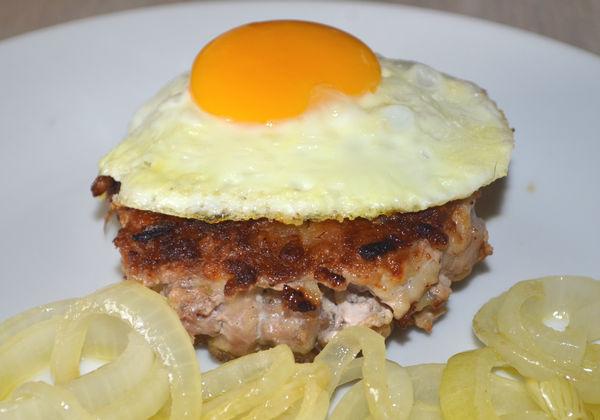 рубленый бифштекс с луком и яйцом