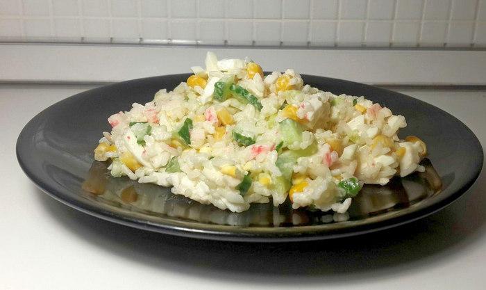 Салат крабовый с рисом, кукурузой и огурцом