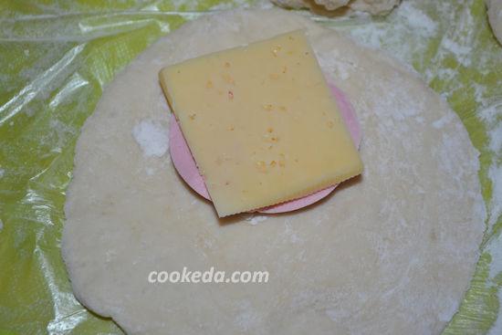 Пирожки с колбасой и сыром