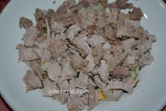 Слоеный салат с отварным мясом и грибами