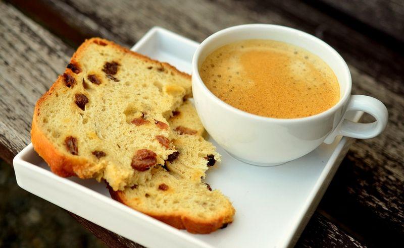 Кофе и бисквит
