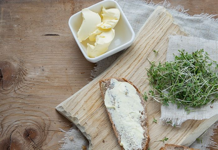 Бутерброд с маслом и кресс-салатом