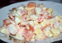 Салат с крабовыми палочками и помидорами - пошаговый рецепт