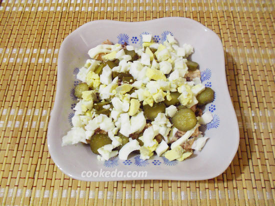 Салат с перепелиными яйцами и сардинами