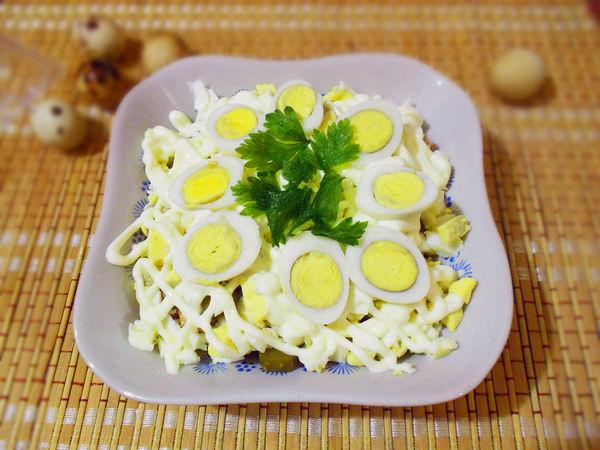 рецепт салата из креветок с перепелиными яйцами