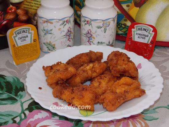 Во всех кусочках сделайте надрез в виде кармашка , вложите в них по небольшому ломтику сыра, обваляйте во взбитых яйцах, а затем в панировке.