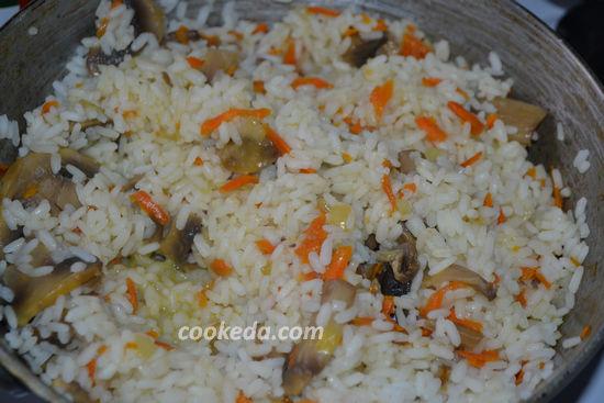 Рассыпчатый рис с шампиньонами на сковороде