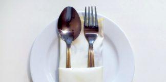 Как красиво сложить салфетки под столовые приборы