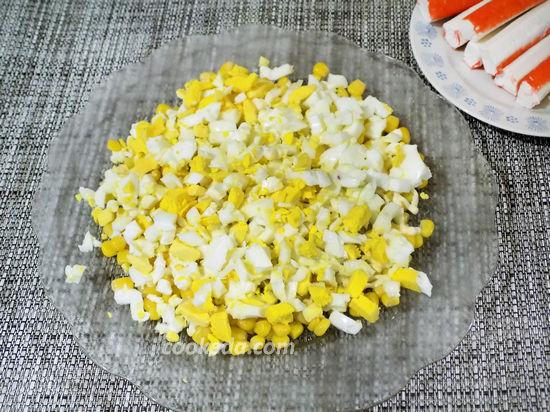 Крабовый салат слоями с кукурузой и сыром