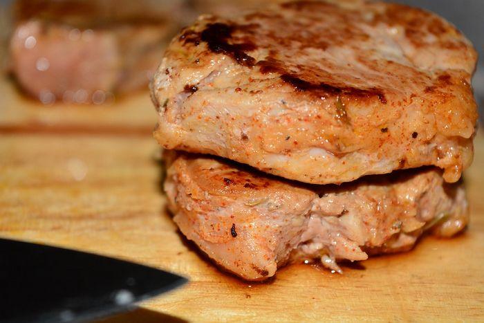 Свиной стейк на сковороде