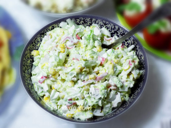 Салат из пекинской капусты с крабовыми палочками и кукурузой-01