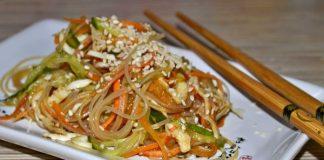 салат с фунчозой и яичными блинчиками - пошаговый рецепт