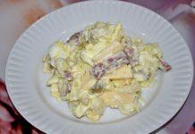 салат с копченой колбасой и сыром - пошаговый рецепт