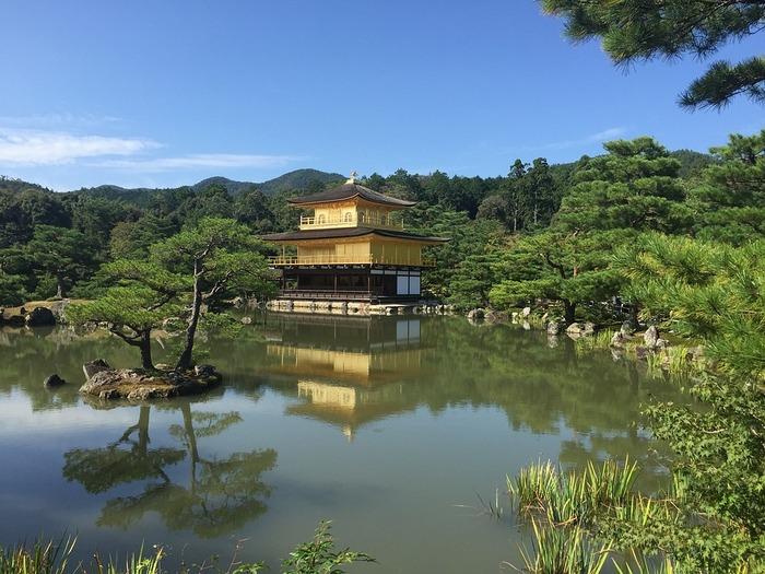 Золотой павильон на территории храма