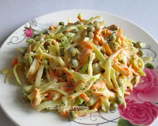 Салат из капусты с морковью и зеленым горошком