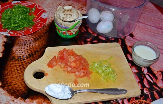 Рулет из омлета с помидором и перцем