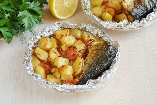 Скумбрия с картошкой и овощами в фольге