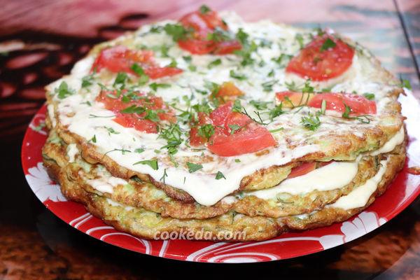 кабачковый торт с помидорами и чесноком