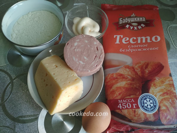 Слойки с колбасой и сыром - рецепт пошаговый с фото